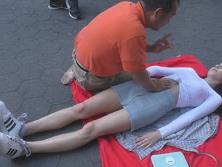 Massagem na novinha, na rua (sem som)
