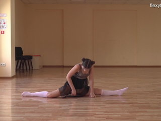 Kim Nadara jaw-dropping nyked gymnast
