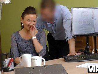 VIP4K. Chica sexy hace una mamada y se la clavan en la oficina de préstamos